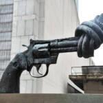 Die Pistole mit dem verknoteten Lauf steht vor dem Hauptquartier der UN in New York. Eine Welt ohne Waffen? | Bild (Ausschnitt): © serena_tang [CC BY-NC-ND 2.0] - flickr