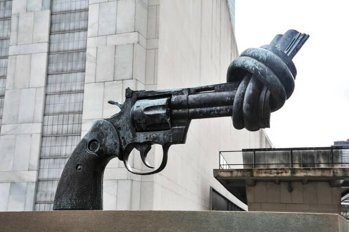 Die Pistole mit dem verknoteten Lauf steht vor dem Hauptquartier der UN in New York. Eine Welt ohne Waffen?    Bild: © serena_tang [CC BY-NC-ND 2.0]  - flickr