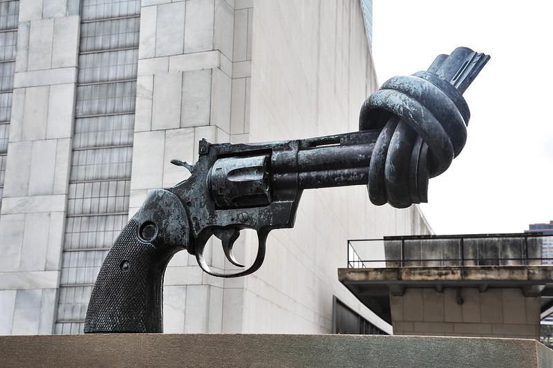 Die Pistole mit dem verknoteten Lauf steht vor dem Hauptquartier der UN in New York.