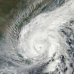 Das Bild zeigt den Zyklon Madi von 2013 auf seinem Weg nach Indien | Bild (Ausschnitt): © NASA Goddard Space Flight Center [CC BY 2.0] - flickr