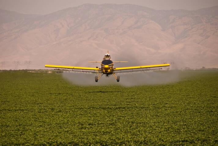 Sprühen von Pestiziden per Flugzeug |  Bild: © Greg Jordan [CC BY-NC-ND 2.0]  - flickr