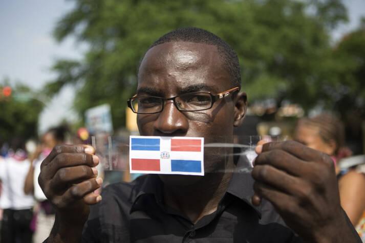 Ein junger Dominikaner haitianischer Abstammung posiert mit der dominikanischen Flagge bei einer Demonstration in Santo Domingo. |  Bild: © Fran Afonso [CC BY 2.0]  - flickr