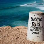 Plastic Kills - Inschrift vor dem Ozean Plastikmüll im Meer gefährdet das Ökosystem und damit auch den Menschen. | Bild (Ausschnitt): © Rasande Tyskar [(CC BY-NC 2.0) ] - flickr