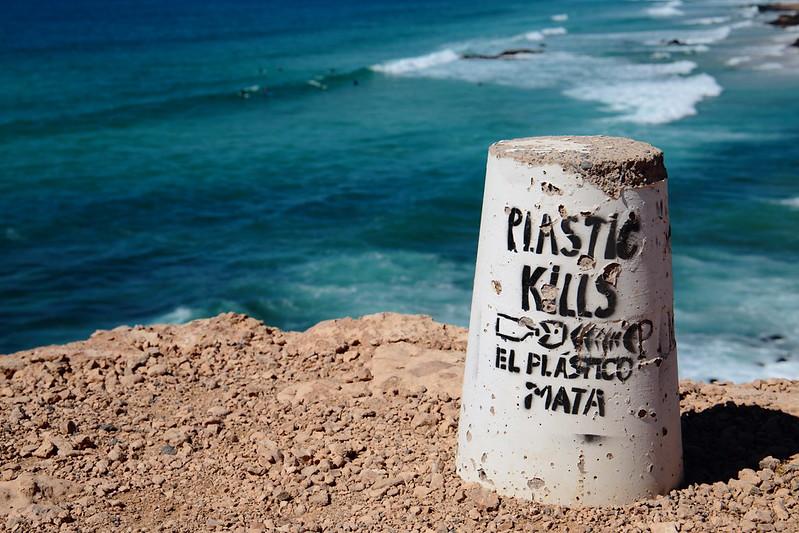 Plastic Kills - Inschrift vor dem Ozean