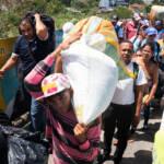 Venezolaner warten samt ihrem gesamten Hab und Gut auf der Simón-Bolívar-Brücke auf die Einreise nach Kolumbien. | Bild (Ausschnitt): © Comisión Interamericana de Derechos Humanos [CC BY 2.0] - flickr
