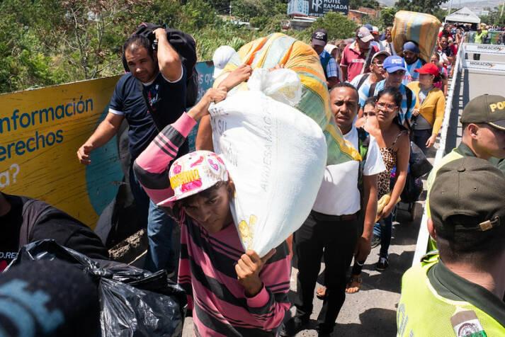 Venezolaner warten samt ihrem gesamten Hab und Gut auf der Simón-Bolívar-Brücke auf die Einreise nach Kolumbien. |  Bild: © Comisión Interamericana de Derechos Humanos [CC BY 2.0]  - flickr