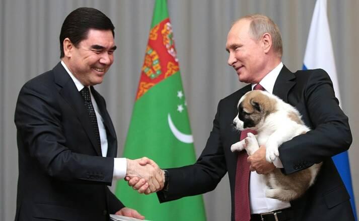 Gurbanguly Berdimuhamedow (links) und Vladimir Putin (rechts), scheinen sich bei diesem Treffen in Turkmenistans Hauptstadt Aschgabat recht gut zu verstehen. Doch dieser Eindruck täuscht, das Verhältnis zwischen ihren beiden Nationen ist eher als angespannt zu bezeichnen.    Bild: © www.kremlin.ru. [CC BY 3.0]  - Wikimedia Commons