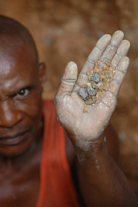 Wolframit Bergbau Kongo Wolframit aus dem Kongo - Der Ressourcenreichtum ist ein Fluch für die Bevölkerung  |  Bild: © Julien Harneis [CC BY-SA 2.0]  - Wikimedia Commons