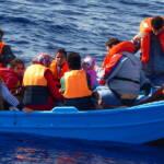 Flüchtlingsboot Oft werden Flüchtlingsboote von der libyschen Küstenwache aufgegriffen. Die Menschen werden dann nach Libyen zurückgebracht und in Internierungslagern festgehalten. | Bild (Ausschnitt): © Brainbitch [CC BY-NC 2.0] - Flickr