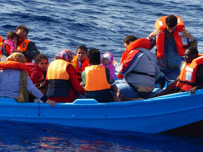 Flüchtlingsboot Oft werden Flüchtlingsboote von der libyschen Küstenwache aufgegriffen. Die Menschen werden dann nach Libyen zurückgebracht und in Internierungslagern festgehalten. |  Bild: © Brainbitch [CC BY-NC 2.0]  - Flickr