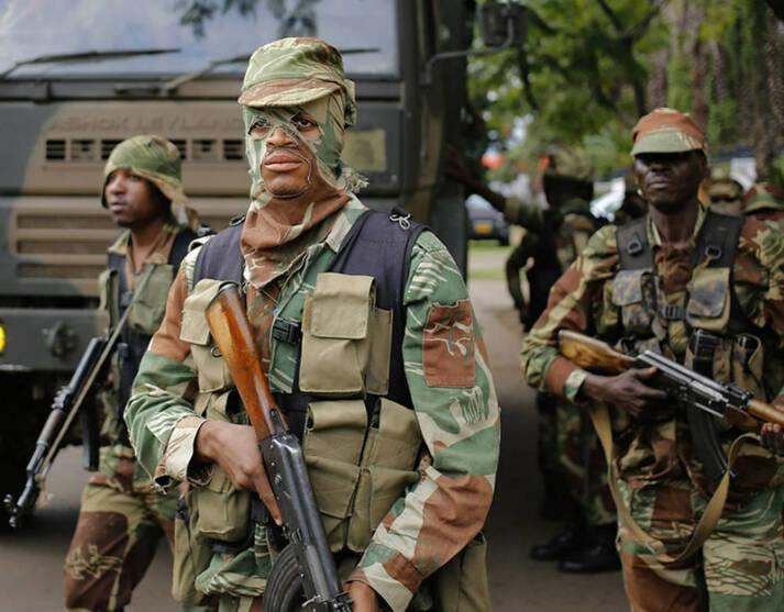 Simbabwe Militär Gewaltsam gehen Polizei und Militär in Simbabwe gegen Prostierende, Kritiker, Oppositionelle und Journalisten vor. Es kam zu vielen Verhaftungen. |  Bild: © Zimbabwean-eyes [Public Domain Mark 1.0]  - Flickr