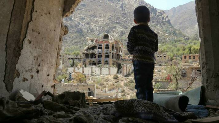 Ein jemenitisches Kind schaut auf seine Stadt, die durch einen Luftangriff der saudi-arabischen Koalition zerstört wurde. |  Bild: ©  Felton Davis [CC BY 2.0]  - flickr