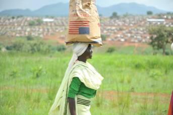 Frau erhält Hilfsgüter der USAID im Flüchtlingslager Bambasi