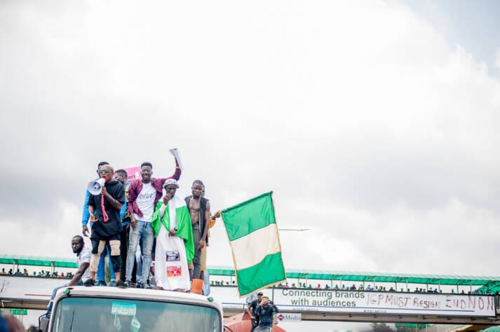 Demonstranten auf einem #EndSARS-Protest in Lagos, Nigeria |  Bild: © Kaizenify [CC BY-SA 4.0]  - Wikimedia Commons