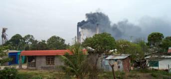 Eine Zuckerraffinerie in Veracruz bläst schwarzen Rauch in die Luft.