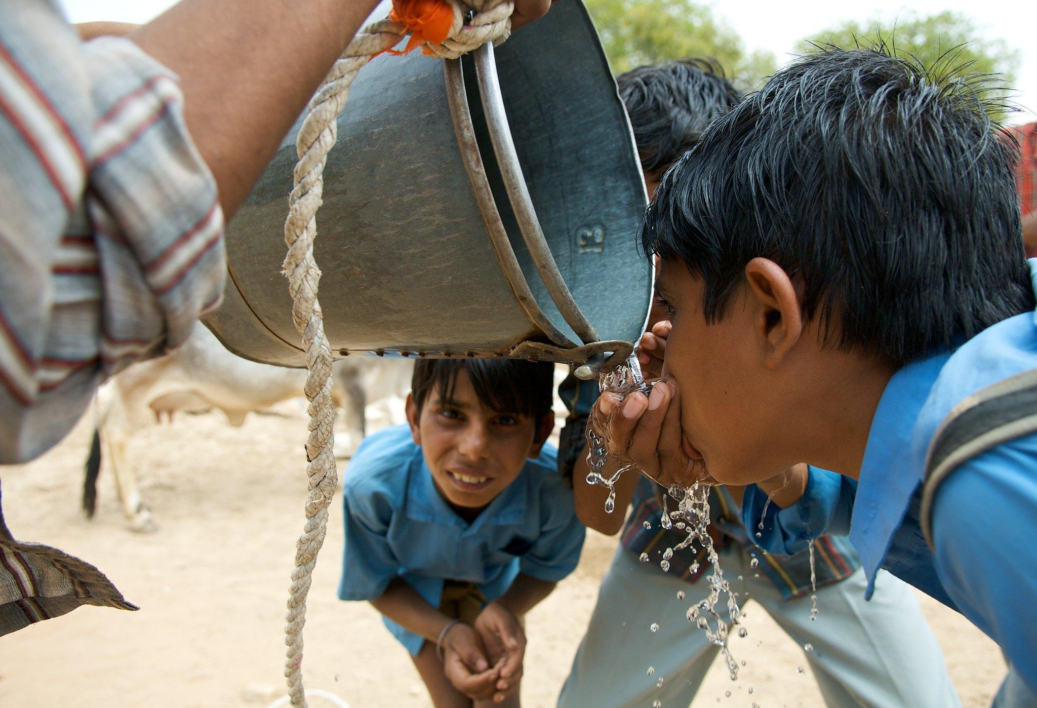Schuljungen stillen ihren Durst. Sauberes Trinkwasser bekommen sie nur selten.