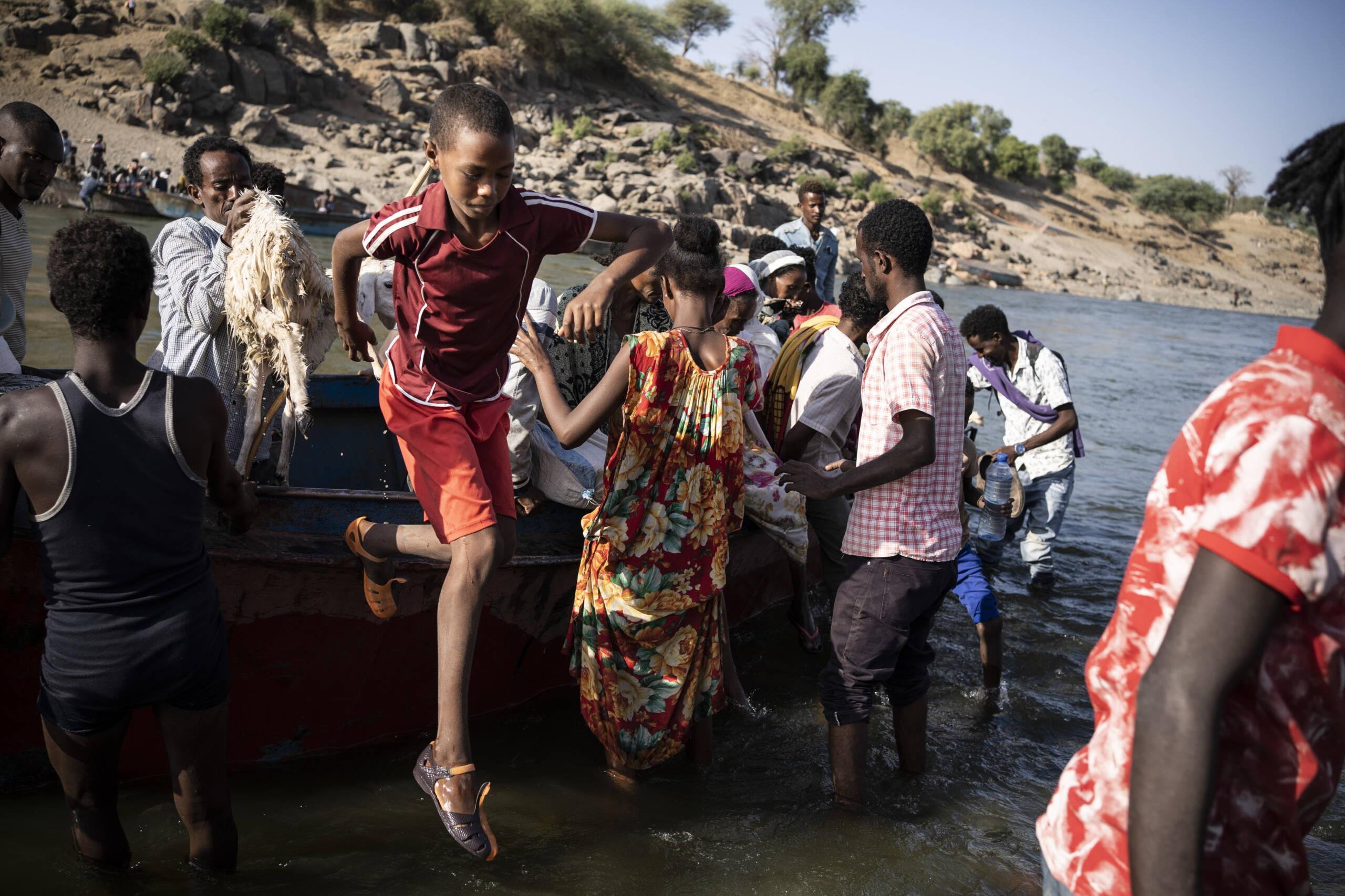 Äthiopische Flüchtlinge in einem Boot auf dem Weg in den Sudan