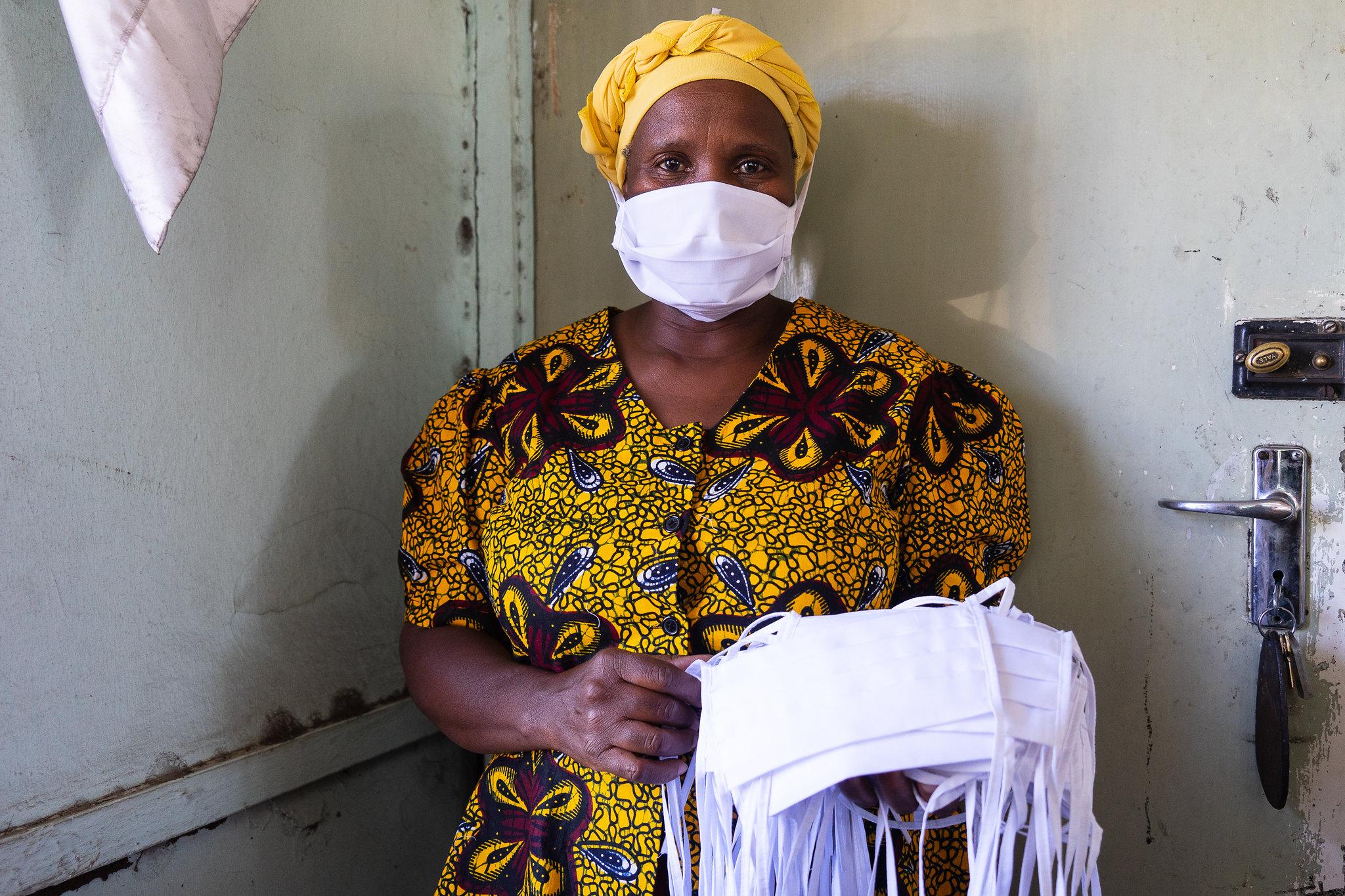 Eine Frau in einer Textilfabrik in Zimbabwe