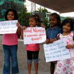 Motiv Im Jahre 2009 protestierten bereits maledivische Familien für Maßnahmen gegen den Klimawandel | Bild (Ausschnitt): © niOS [CC BY-NC 2.0] - Flickr