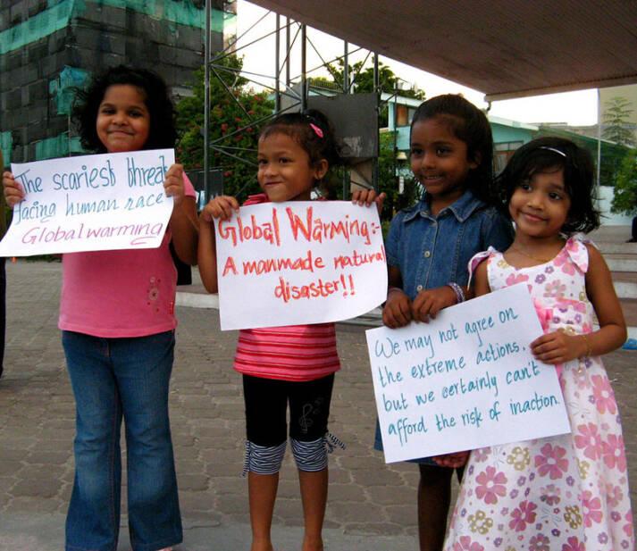 Motiv Im Jahre 2009 protestierten bereits maledivische Familien für Maßnahmen gegen den Klimawandel |  Bild: © niOS [CC BY-NC 2.0]  - Flickr