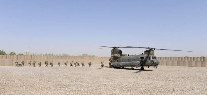 """Das Ende eines Krieges oder der Anfang? Das Ende eines Krieges oder der Anfang?    Bild: """"Troops leave Shawqat for the last time by Chinook helicopter."""" © Corporal Si Longworth RLC / crown copyright [CC BY-NC 2.0]  - flickr"""