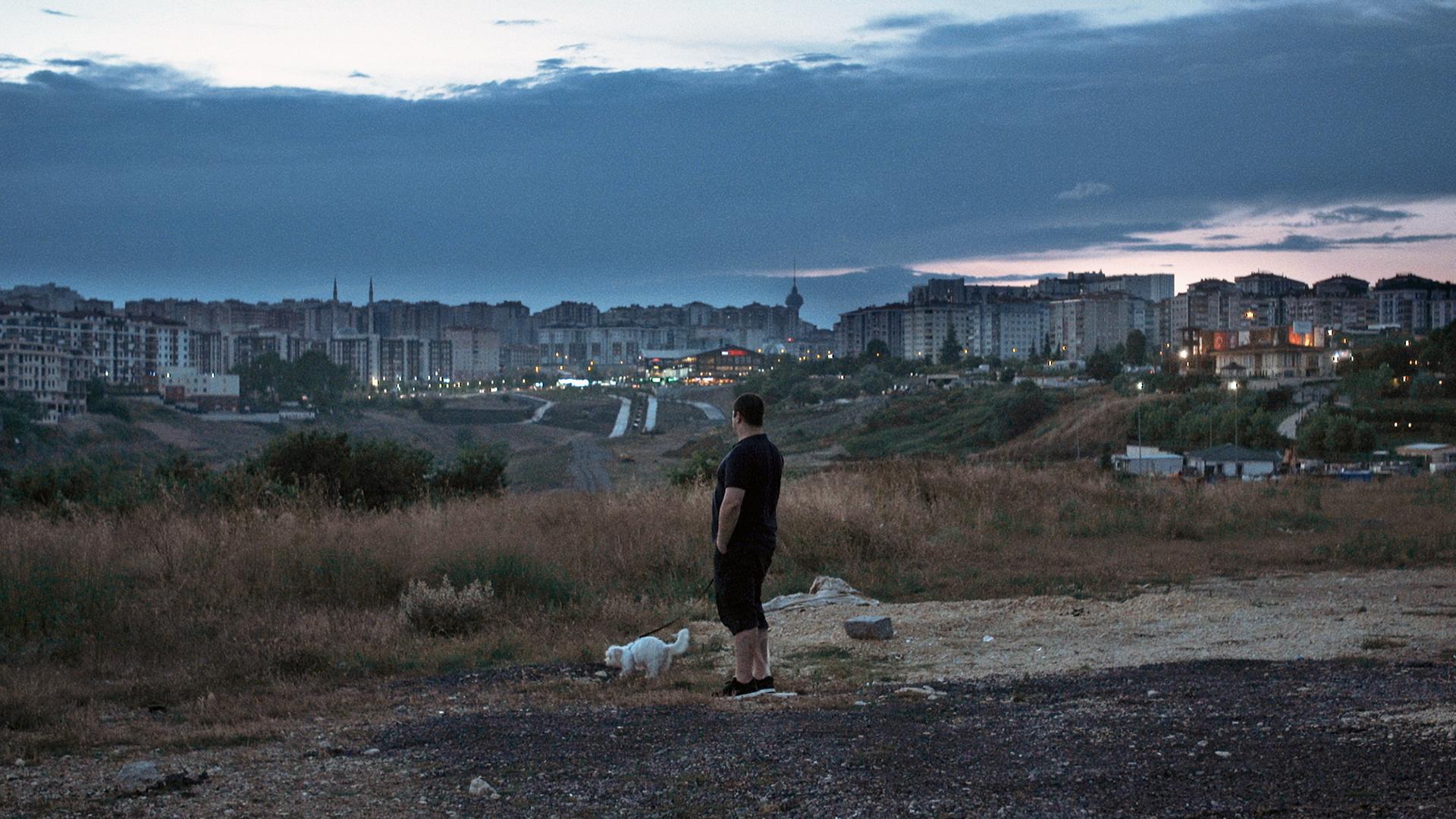 Ein Mann blickt über das nächtliche Istanbul.