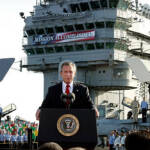 Bush verkündet am 1. Mai 2003, dass die Hauptkampfhandlungen im Irak beendet sind. Im Hintergrund hängt ein Banner mit der Aufschrift: