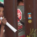 Ein Junge an der US-mexikanischen Grenze Seit dem Amtsantritt von Joe Biden stieg die Zahl der Flüchtlinge aus Lateinamerika | Bild (Ausschnitt): © Peg Hunter [CC BY-NC 2.0] - flickr