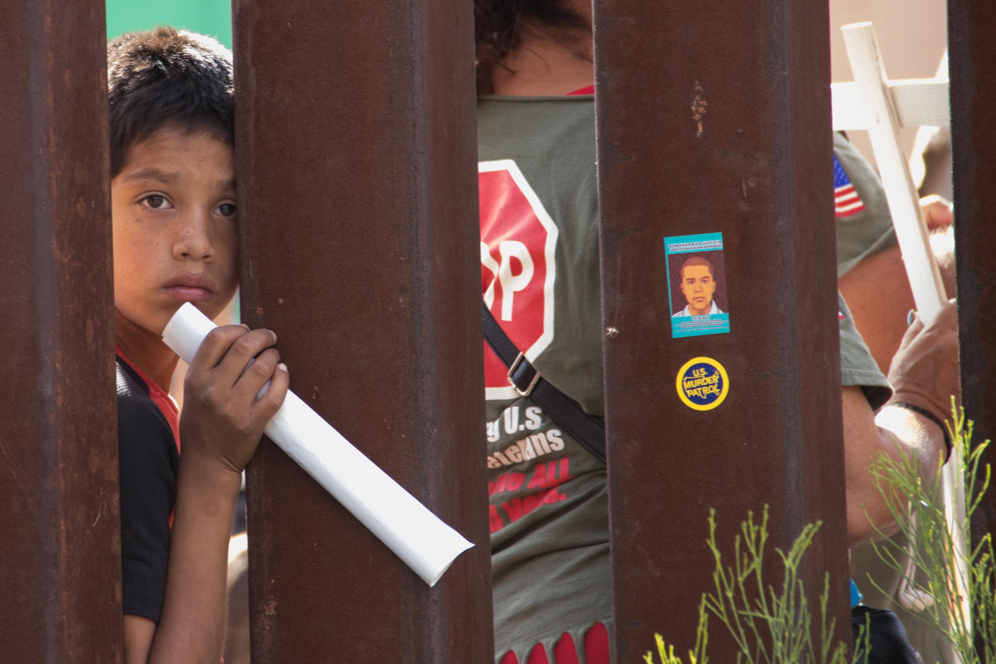 Ein Junge an der US-mexikanischen Grenze
